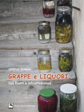 Grappe e liquori fatti in casa. Con frutti e infruttescenze.